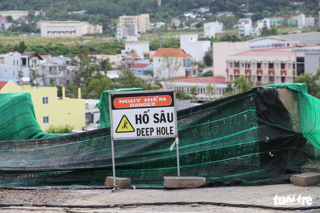Di tản dân để tháo dỡ tường chắn cao 12m có nguy cơ sạt lở - Ảnh 3.