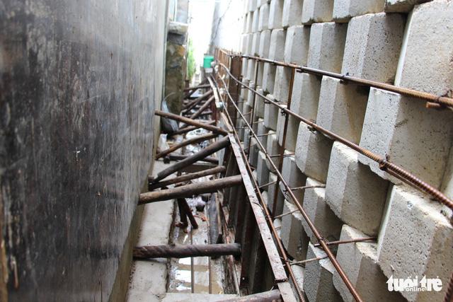 Di tản dân để tháo dỡ tường chắn cao 12m có nguy cơ sạt lở - Ảnh 6.