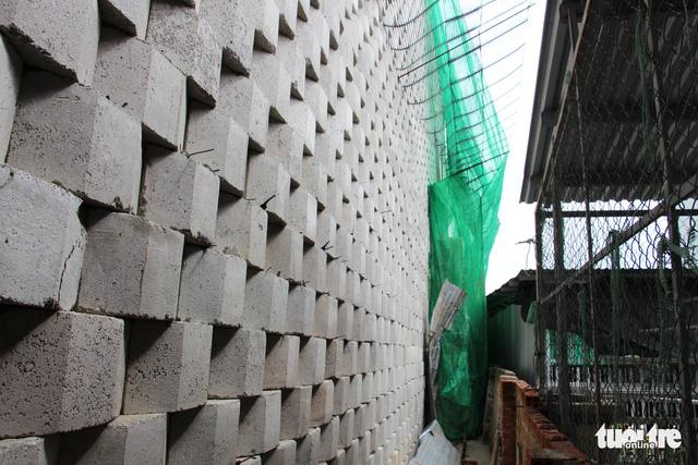 Di tản dân để tháo dỡ tường chắn cao 12m có nguy cơ sạt lở - Ảnh 7.