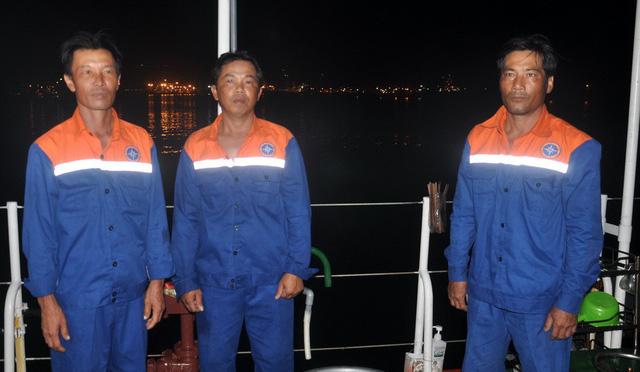Ba ngư dân được cứu vẫn còn bàng hoàng vì tàu chìm quá nhanh - Ảnh 1.
