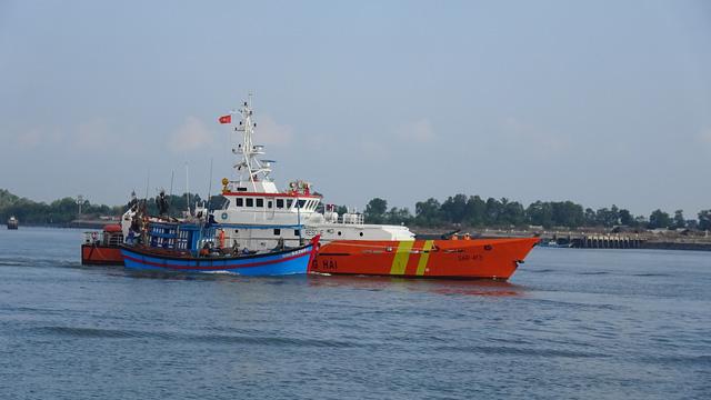Huy động nhiều tàu tìm kiếm 3 ngư dân mất tích - Ảnh 1.