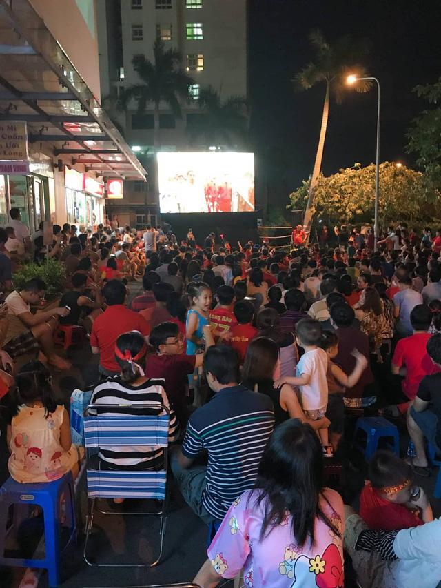 Dân chung cư ở TP.HCM rời căn hộ riêng xem bóng đá chung - Ảnh 3.