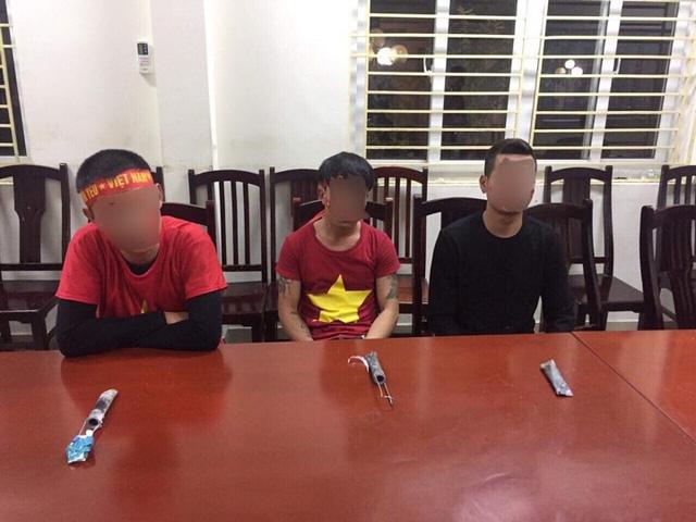 Ba cổ động viên đốt pháo sáng bị xử phạt - Ảnh 1.