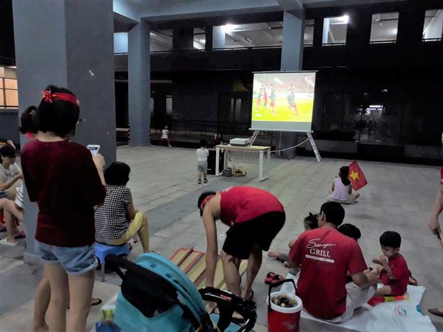 Dân chung cư ở TP.HCM rời căn hộ riêng xem bóng đá chung - Ảnh 4.