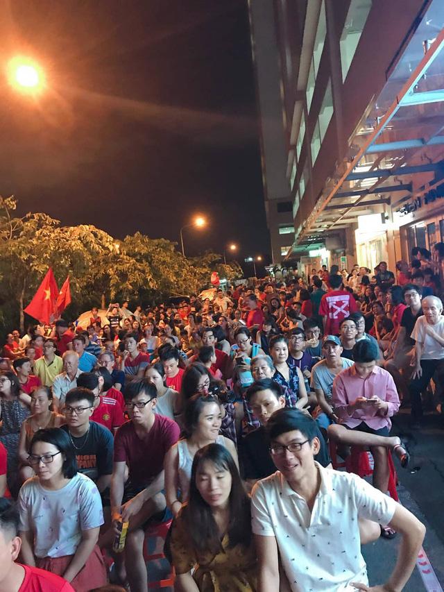 Dân chung cư ở TP.HCM rời căn hộ riêng xem bóng đá chung - Ảnh 1.