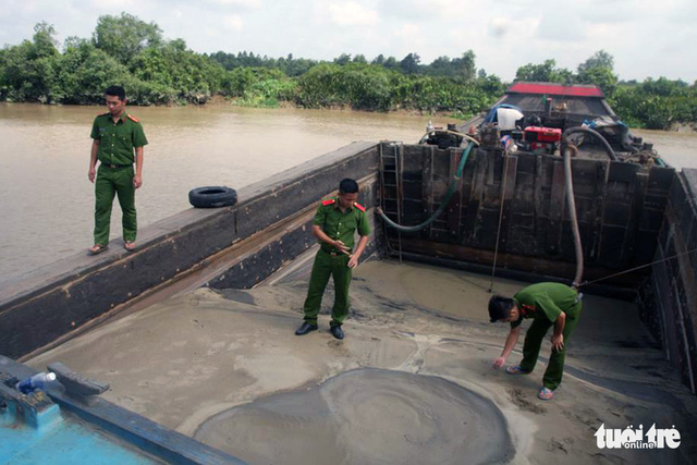 Đồng Nai khởi tố một đối tượng khai thác cát trái phép trên sông - Ảnh 1.