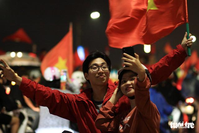 Mưa miền Trung không cản được người Đà Nẵng mừng chiến thắng - Ảnh 8.
