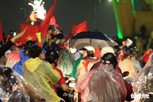 Mưa miền Trung không cản được người Đà Nẵng mừng chiến thắng - Ảnh 5.