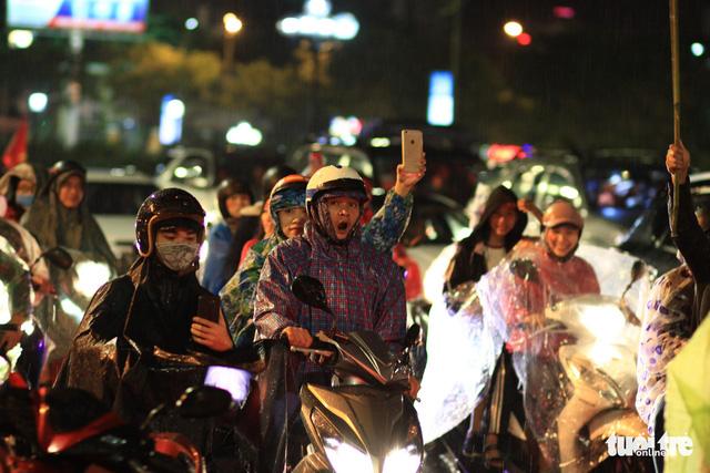 Mưa miền Trung không cản được người Đà Nẵng mừng chiến thắng - Ảnh 6.