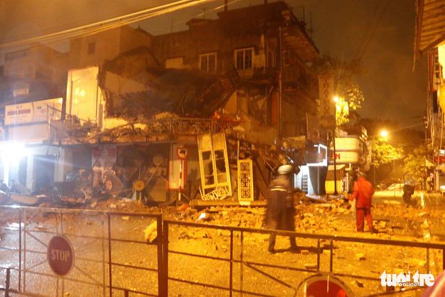 Tiệm bánh 2 tầng bất ngờ đổ sập trong đêm, 2 người thoát chết - Ảnh 1.