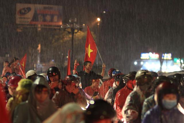 Mưa miền Trung không cản được người Đà Nẵng mừng chiến thắng - Ảnh 4.