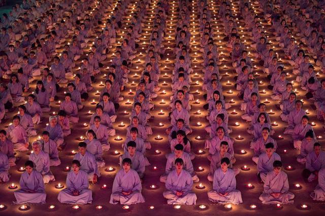 Phật tử cầu nguyện vào top 70 ảnh đẹp nhất năm của NatGeo - Ảnh 2.