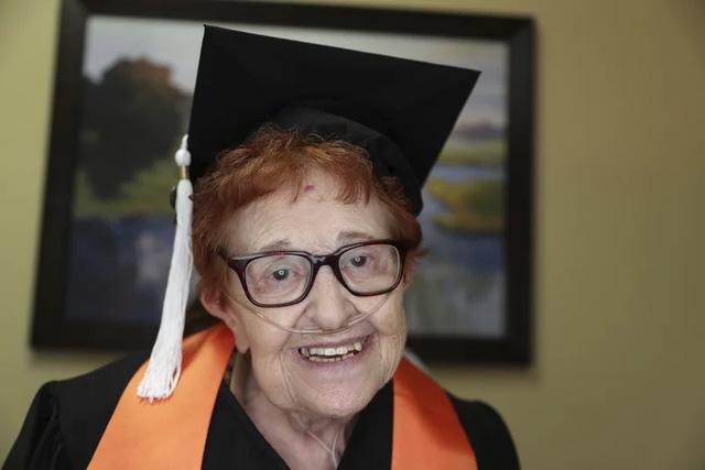 Cụ bà 84 tuổi sắp nhận bằng đại học - Ảnh 1.