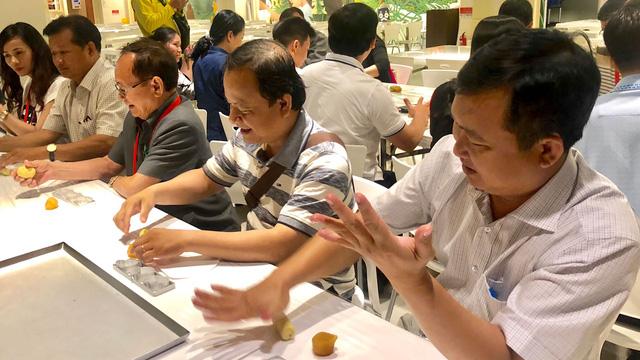 Các hiệu trưởng ở TP.HCM đi Đài Loan học làm bánh về dạy học trò - Ảnh 1.
