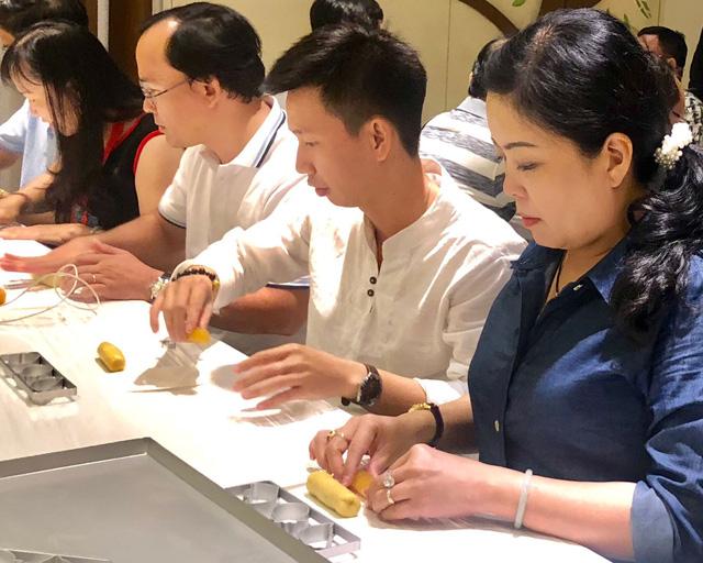 Các hiệu trưởng ở TP.HCM đi Đài Loan học làm bánh về dạy học trò - Ảnh 2.