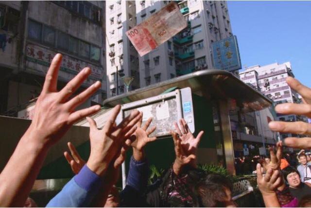 Siêu anh hùng công lý Hong Kong rải mưa tiền bị bắt - Ảnh 1.