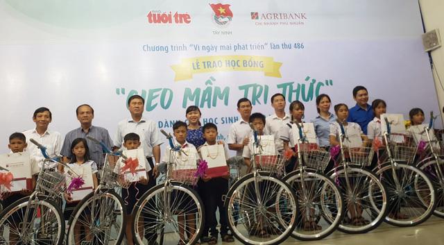 300 suất học bổng Gieo mầm tri thức đến học sinh nghèo Tây Ninh - Ảnh 1.