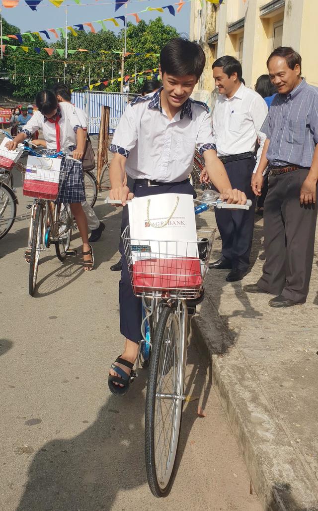 300 suất học bổng Gieo mầm tri thức đến học sinh nghèo Tây Ninh - Ảnh 2.