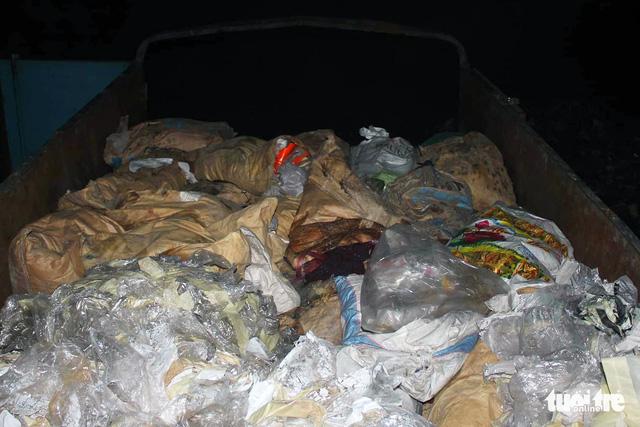 Gom rác thải công nghiệp tại Bình Dương mang qua Đồng Nai đổ trộm - Ảnh 2.