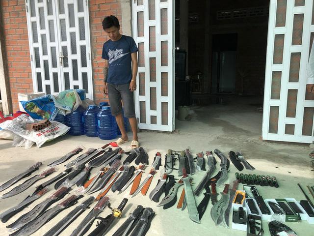 Kiếm khách trên Facebook, giao súng, kiếm... cho khách ở cây xăng - Ảnh 1.