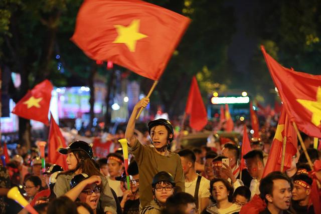 Cổ động viên Việt Nam tưng bừng mừng chiến thắng trước Philippines - Ảnh 6.