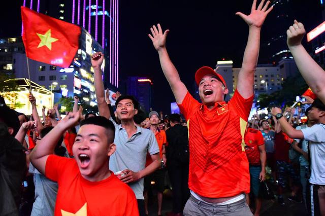 Cổ động viên Việt Nam tưng bừng mừng chiến thắng trước Philippines - Ảnh 9.