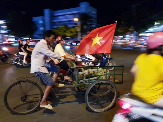 Cổ động viên Việt Nam tưng bừng mừng chiến thắng trước Philippines - Ảnh 17.