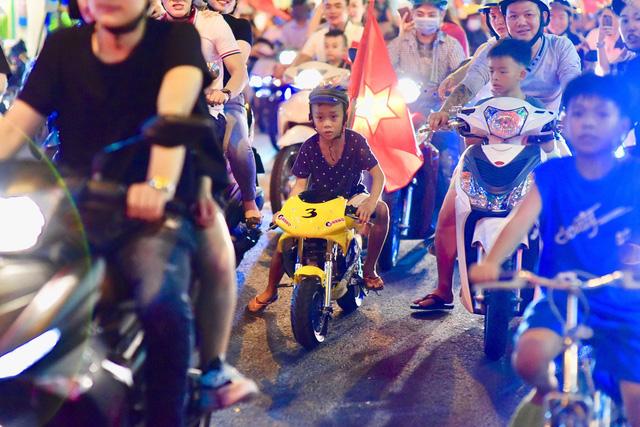 Cổ động viên Việt Nam tưng bừng mừng chiến thắng trước Philippines - Ảnh 3.
