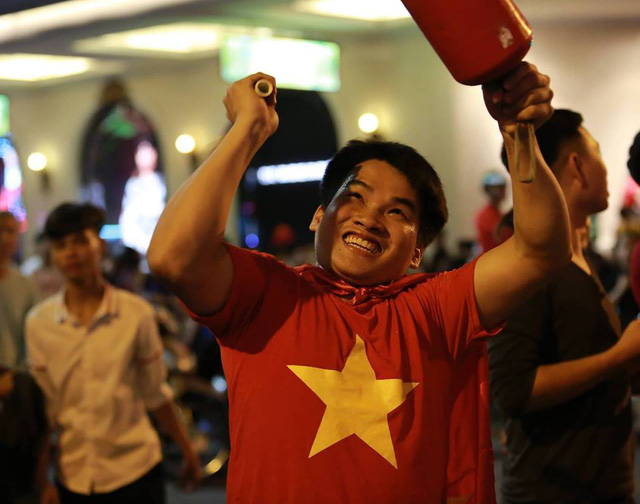Cổ động viên Việt Nam tưng bừng mừng chiến thắng trước Philippines - Ảnh 7.