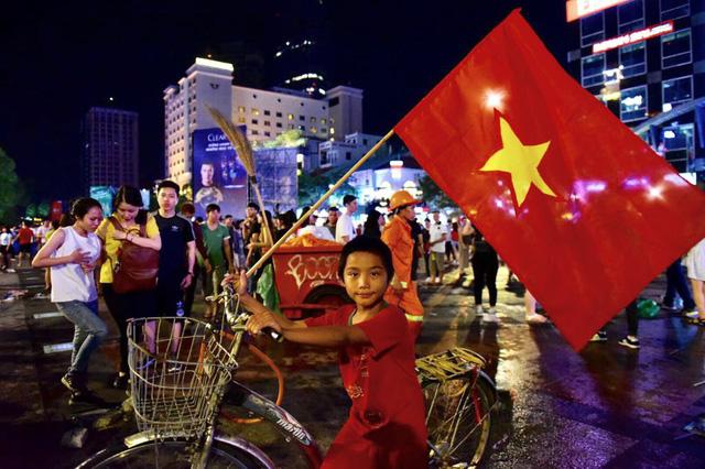 Cổ động viên Việt Nam tưng bừng mừng chiến thắng trước Philippines - Ảnh 12.