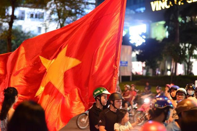 Cổ động viên Việt Nam tưng bừng mừng chiến thắng trước Philippines - Ảnh 13.
