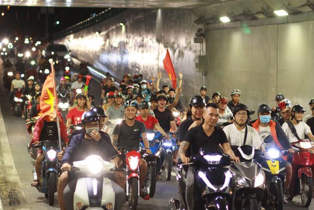 Cổ động viên Việt Nam tưng bừng mừng chiến thắng trước Philippines - Ảnh 4.