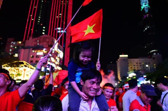 Cổ động viên Việt Nam tưng bừng mừng chiến thắng trước Philippines - Ảnh 10.