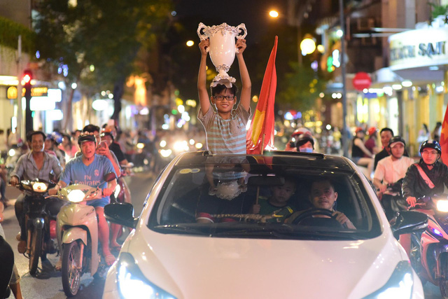 Cổ động viên Việt Nam tưng bừng mừng chiến thắng trước Philippines - Ảnh 2.