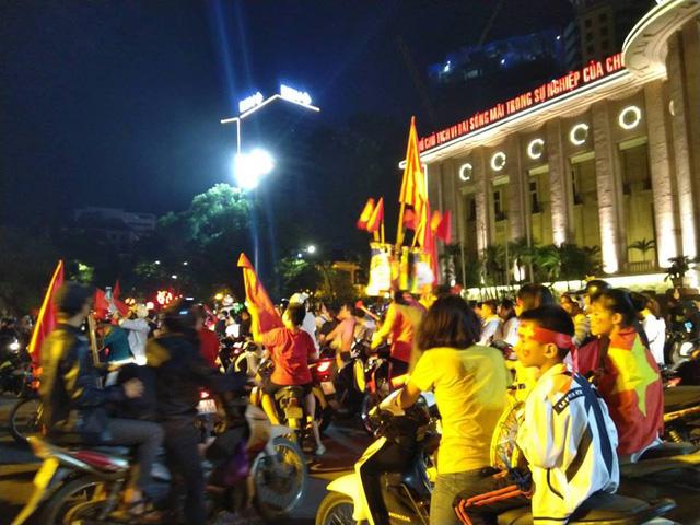 Cổ động viên Việt Nam tưng bừng mừng chiến thắng trước Philippines - Ảnh 18.