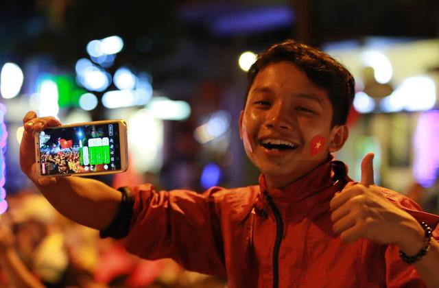 Cổ động viên Việt Nam tưng bừng mừng chiến thắng trước Philippines - Ảnh 5.