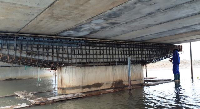 Cầu 30 tỉ vừa xây xong đã có vết rạn nứt - Ảnh 2.