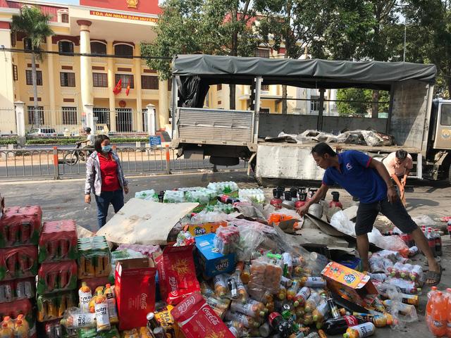 Dân Củ Chi dang nắng gom nước ngọt giúp tài xế xe tải bị sự cố - Ảnh 2.