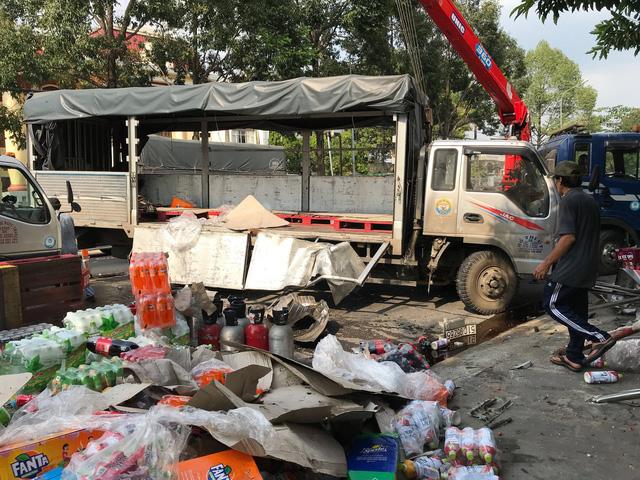 Dân Củ Chi dang nắng gom nước ngọt giúp tài xế xe tải bị sự cố - Ảnh 1.