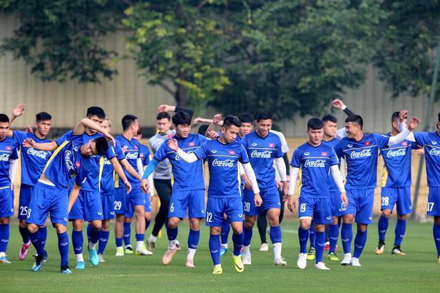 Đội tuyển Việt Nam tập trở lại, Công Phượng khoe tóc mới điệu đà - Ảnh 1.