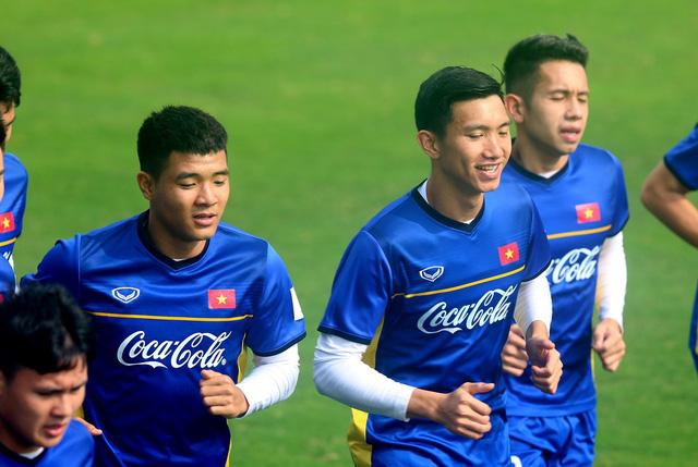 Đội tuyển Việt Nam tập trở lại, Công Phượng khoe tóc mới điệu đà - Ảnh 2.