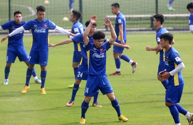 Đội tuyển Việt Nam tập trở lại, Công Phượng khoe tóc mới điệu đà - Ảnh 6.