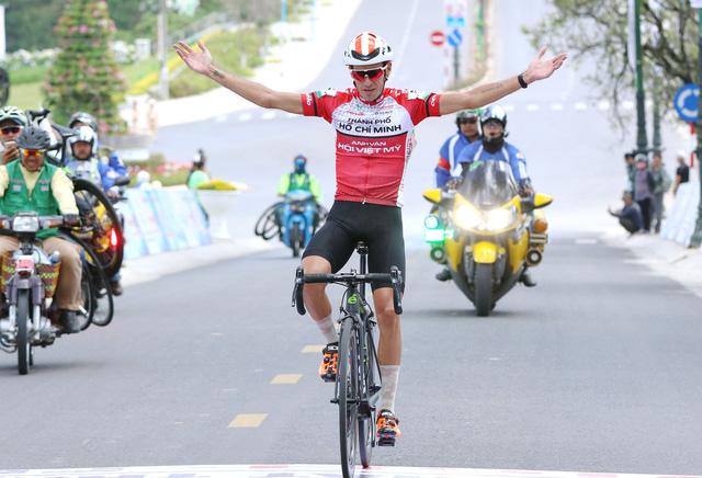 Javier khiến hơn nửa đoàn đua không về đích đúng quy định - Ảnh 1.