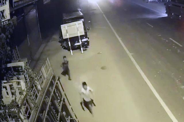 Thiếu niên 13 tuổi dám trộm xe tải lái chạy trốn hơn 20km - Ảnh 1.