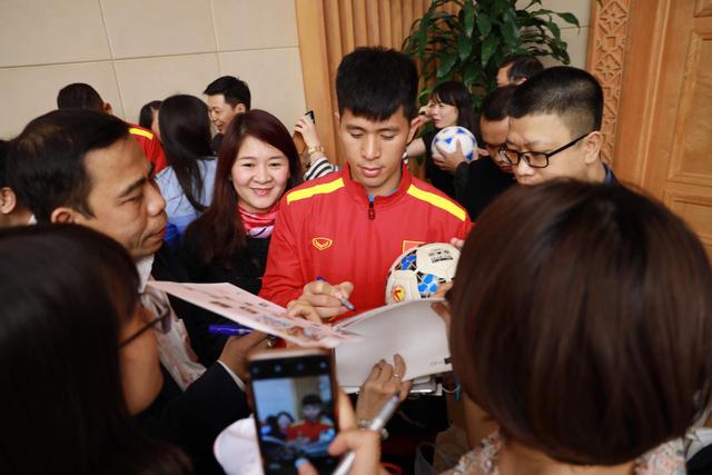 Thủ tướng trao Huân chương Lao động hạng nhất cho đội tuyển VN - Ảnh 3.