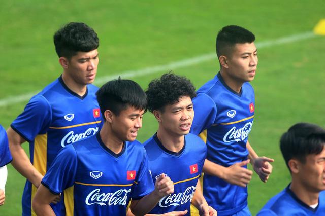 Đội tuyển Việt Nam tập trở lại, Công Phượng khoe tóc mới điệu đà - Ảnh 5.