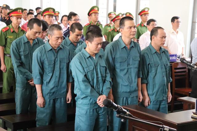 12 bị cáo trong đường dây buôn lậu xăng dầu ngàn tỉ lãnh án - Ảnh 1.