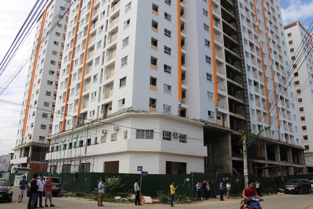 Hàng trăm người mua căn hộ xã hội lại vây Công ty Hoàng Quân - Ảnh 2.
