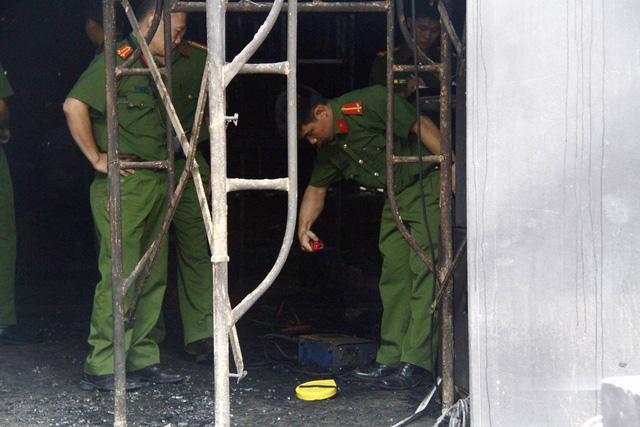 Bộ Công an phối hợp khám nghiệm hiện trường quán nhậu cháy 6 người chết - Ảnh 2.
