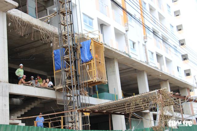Hàng trăm người mua căn hộ xã hội lại vây Công ty Hoàng Quân - Ảnh 3.